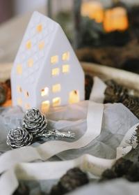 Серебряные сосновые шишки на ветке  SERAFINA Lene Bjerre фото - новогоднее украшение в скандинавском стиле