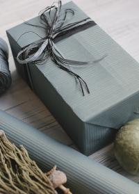 Стильная подарочная упаковка с природными декорами от Consta Garden для подарков садоводам и дачникам фото