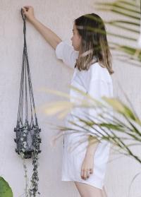 Плетеное подвесное кашпо для комнатных цветов Munesia Grey Lene Bjerre фото