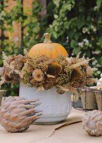 Керамическое кашпо в скандинавском стиле Belinda от Lene Bjerre с флористической композицией фото