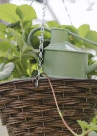 Плетеное подвесное кашпо из искусственного ротанга для уличных растений цветов Hazel Faux Rattan Smart Garden фото